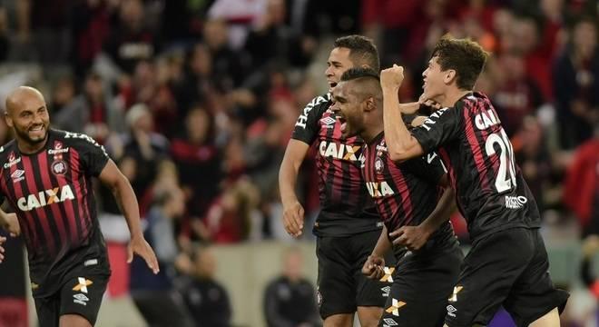 Atlético-PR goleia Chapecoense de virada na 1ª rodada do Brasileirão
