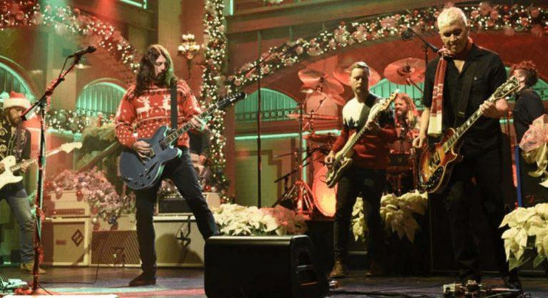 Foo Fighters entra em clima de Natal com medley no Saturday Night...