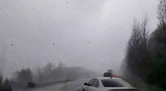 Tempestades provocam tornados e recorde de neve nos EUA